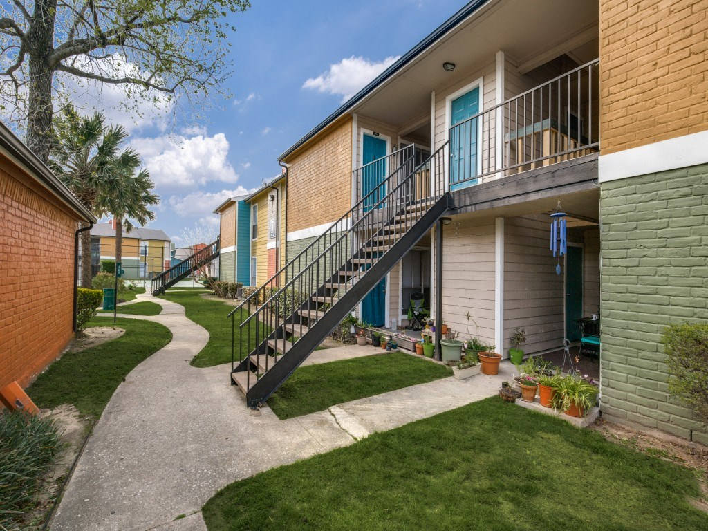 Highland Cross Apartments, 411 Highland Cross Dr, Houston, TX 77073