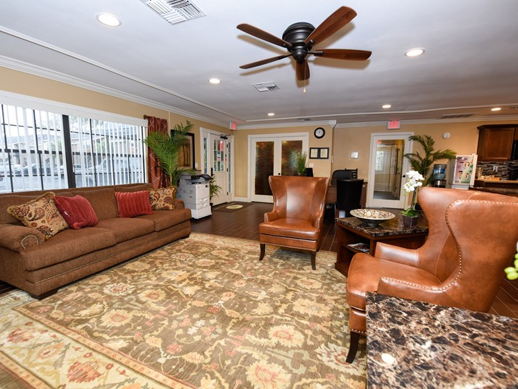 clubhouse sitting area at Green Oaks Apartments, Tampa, Florida