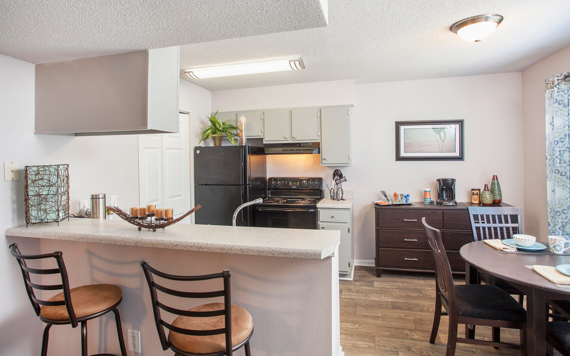 The Kitchen And Dining Area With Marble Countertops And A Stucco Ceiling At  Crystal Lake Apartments