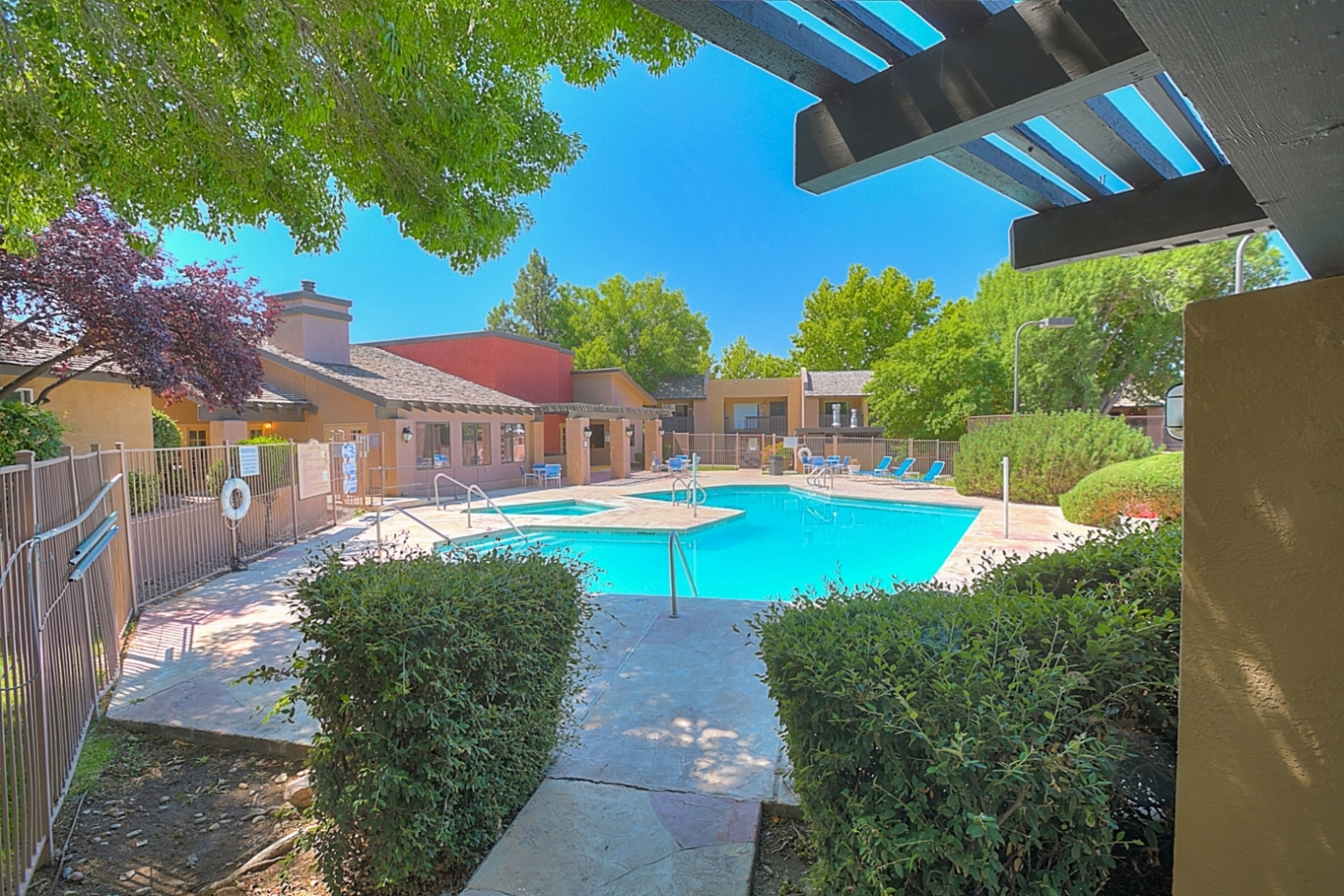 Huge Swimming Pool With Hot Tub at Eagle Pointe Apartments, Albuquerque, New Mexico