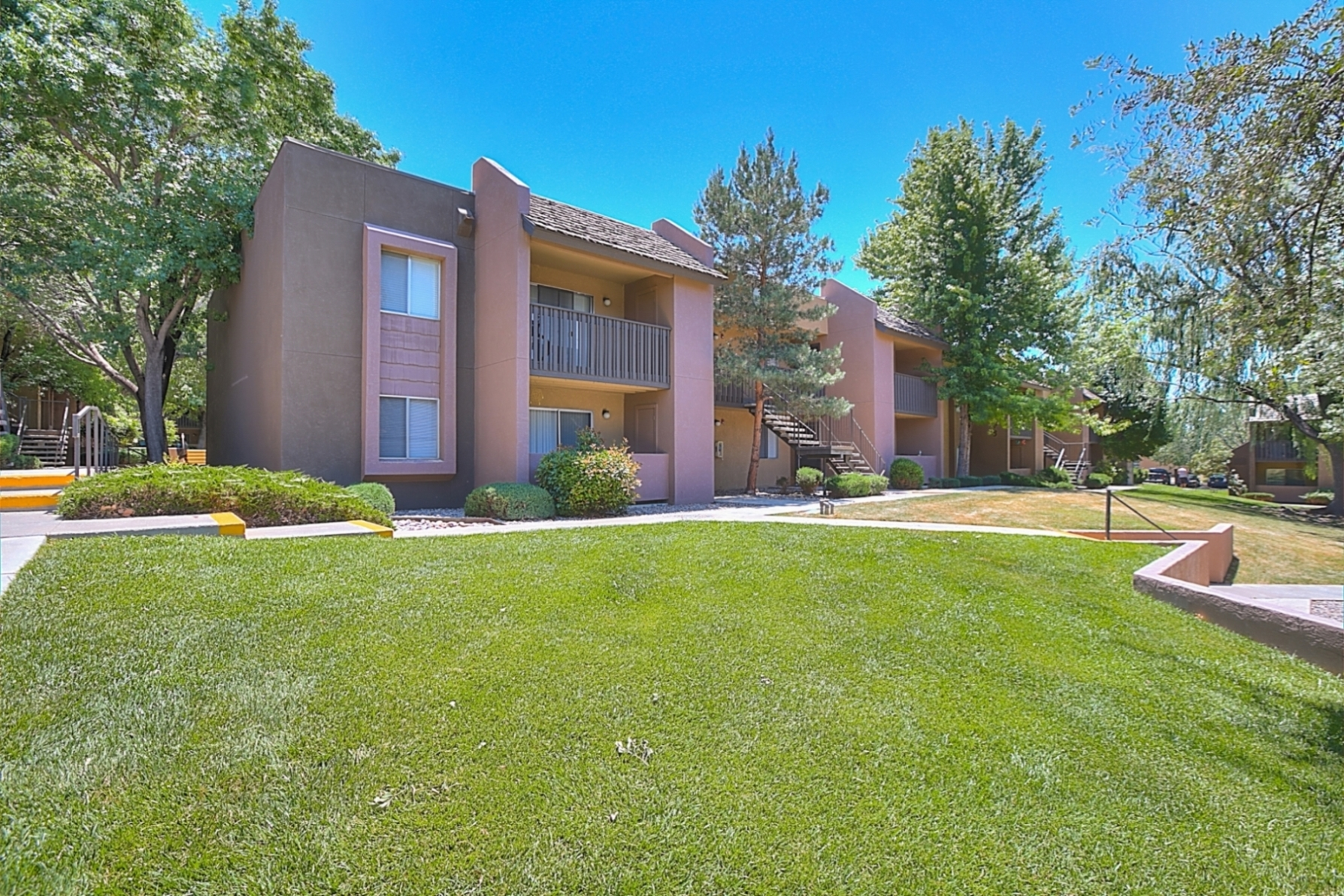 Beautifully Landscaped Grounds at Eagle Pointe Apartments, NM, 87111
