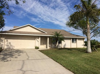 859 SW 15th Terrace 3 Beds House for Rent Photo Gallery 1
