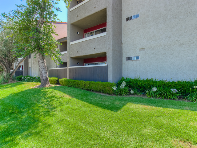 Lush Green landscaping at Nortview-Southview Apartment Homes, California, 91335