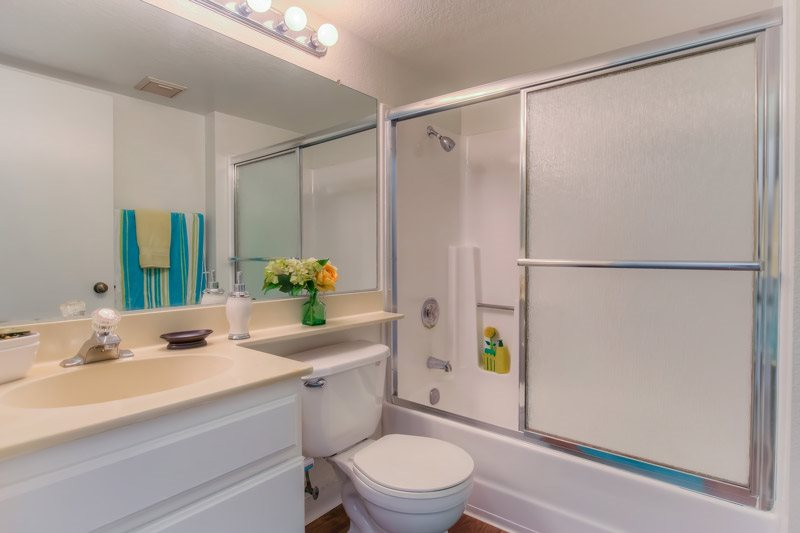 Spacious Bathrooms at Independence Plaza Apartments, CA, 91304