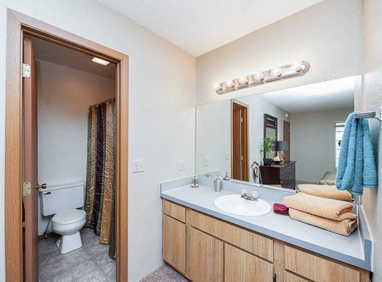 Apartments in Toledo, OH bathroom