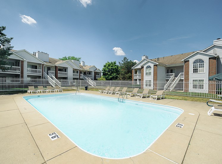 swimming pool at Country Club Apartments