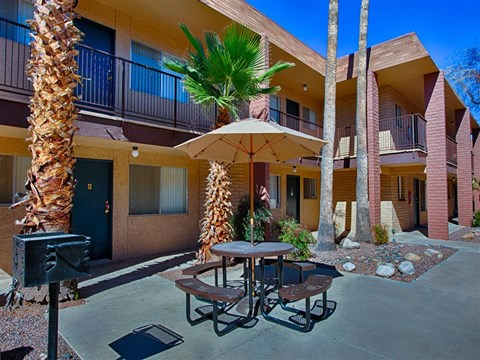 Outdoor Dining Options at Fountain Plaza Apartments, Arizona, 85712