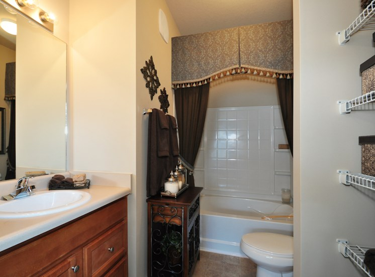 Legends at Oak Grove Apartment Homes Knoxville, TN 37918 bathroom with garden tub