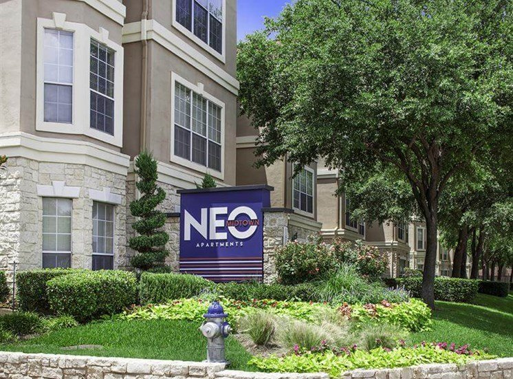 Monument signage at Neo Midtown Apartments in Dallas, TX
