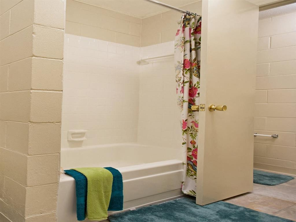 Canterbury Apartment Homes, Tuscaloosa, AL, Bath room