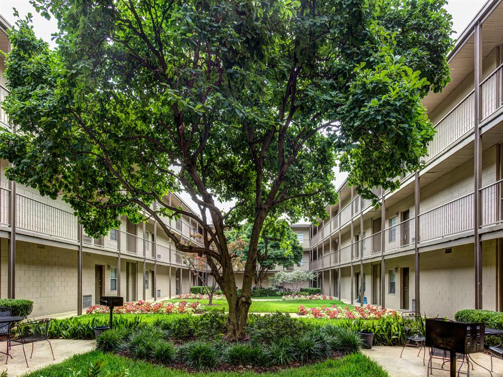 Canterbury Apartment Homes, Tuscaloosa, AL, Courtyard
