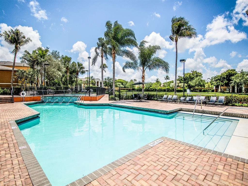 Lakeside Community in Pembroke Pines, Gatehouse on Pinelake, waterfront community