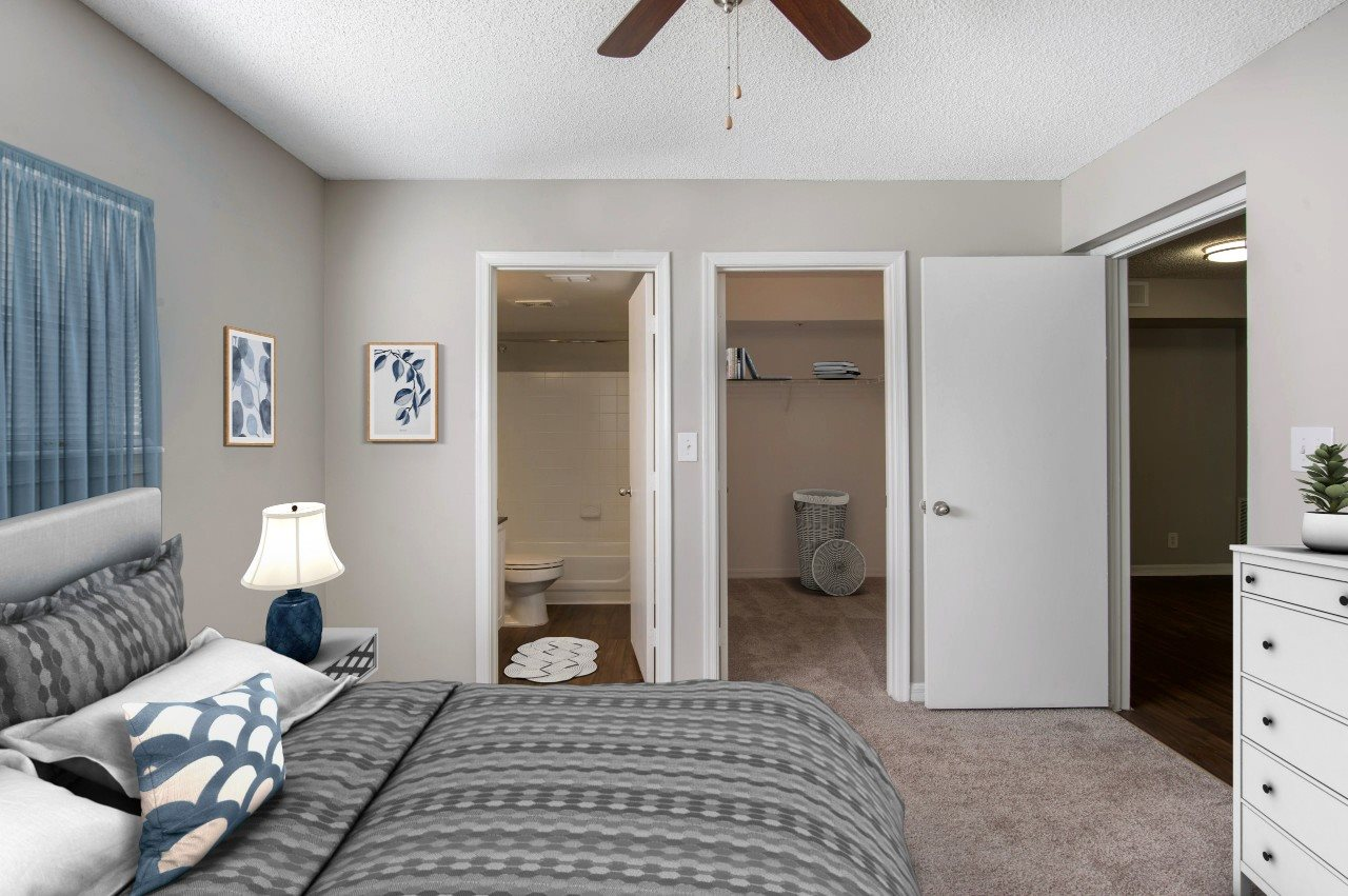 Master Bedroom with En-Suite Bathroom and Walk-In Closet