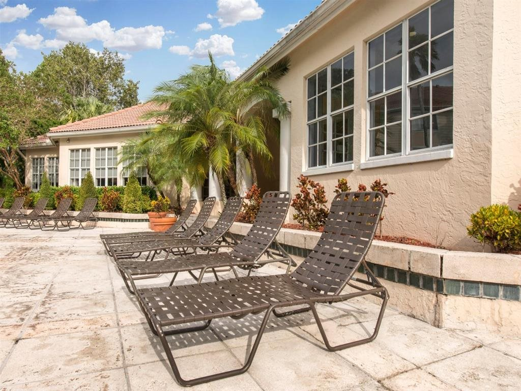 Sabal Pointe| Pool Loungers