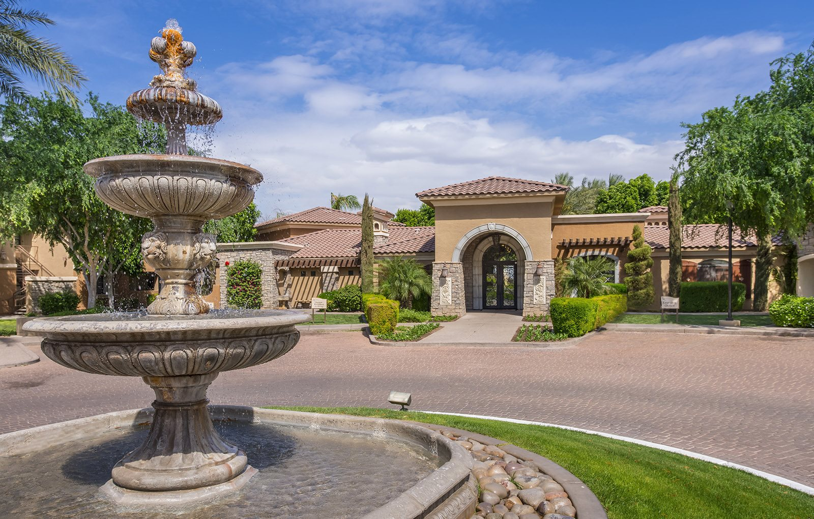 Versante Apartment Homes Entrance and Fountain