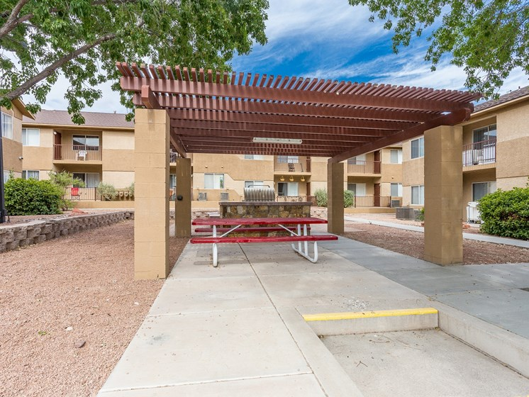 Courtside Apartments Picnic Table & BBQ Pergola