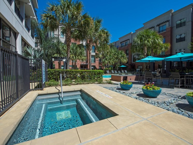 hot tub apartments in upper kirby