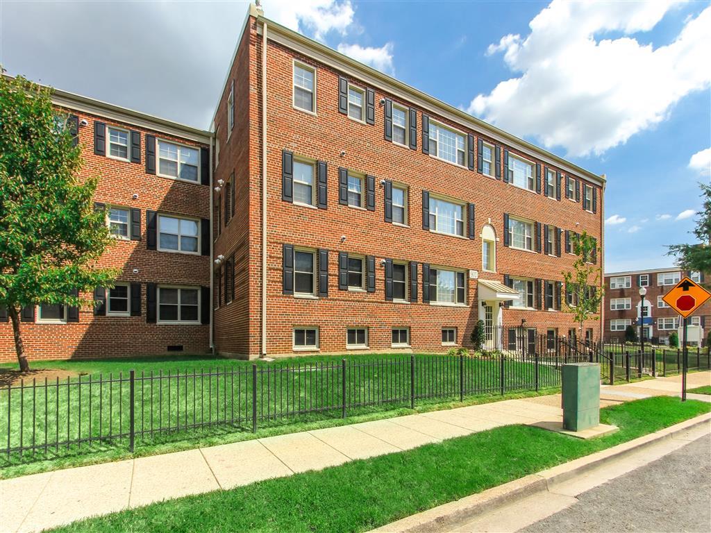 Exterior-Building-Shot-of-Fairway-Park-Apartments