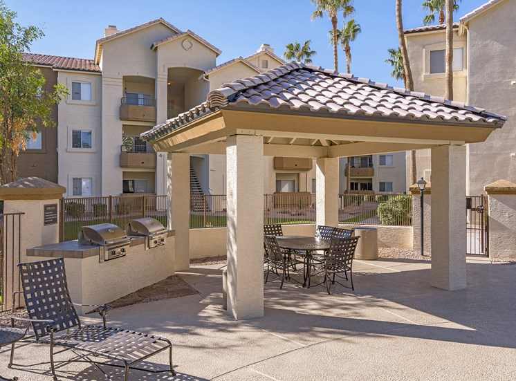 Sonterra Apartments at Paradise Valley - BBQ grills and seating area