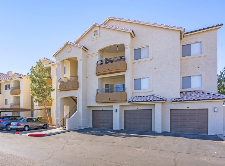 Sonterra Apartments at Paradise Valley - Attached and detached garages available