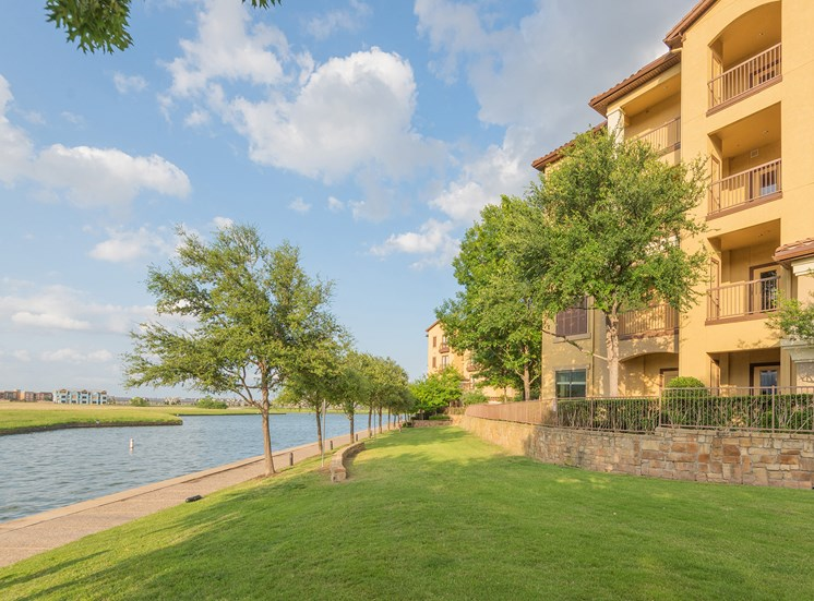 Monterra Las Colinas Apartments waterfront promenade on Lake Carolyn