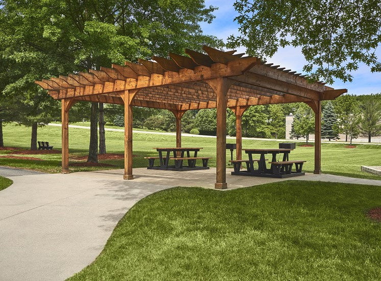 Hampshire Green Apartments - Picnic area with BBQ grills