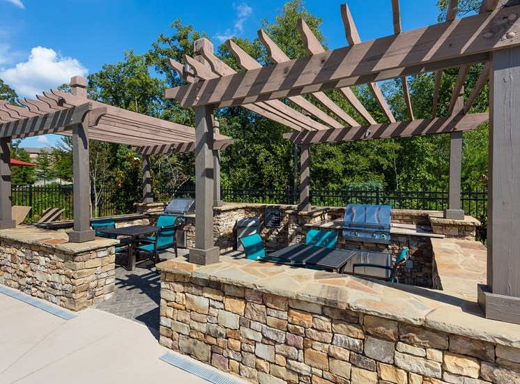 The Oaks at Johns Creek grilling station with seating