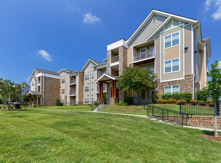 Glenbrook Apartments - Exterior building with manicured lawn