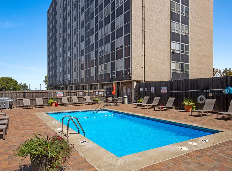 KC Modern - Sparkling resort-style pool