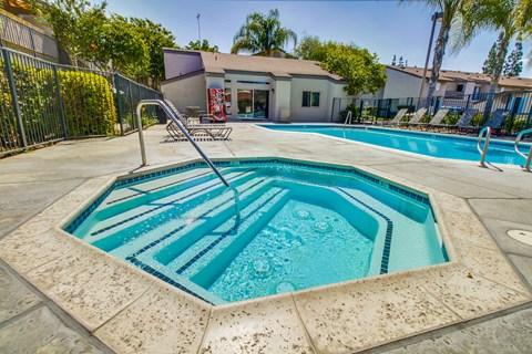 Harbor Cliff Apartments Lifestyle - Hot Tub