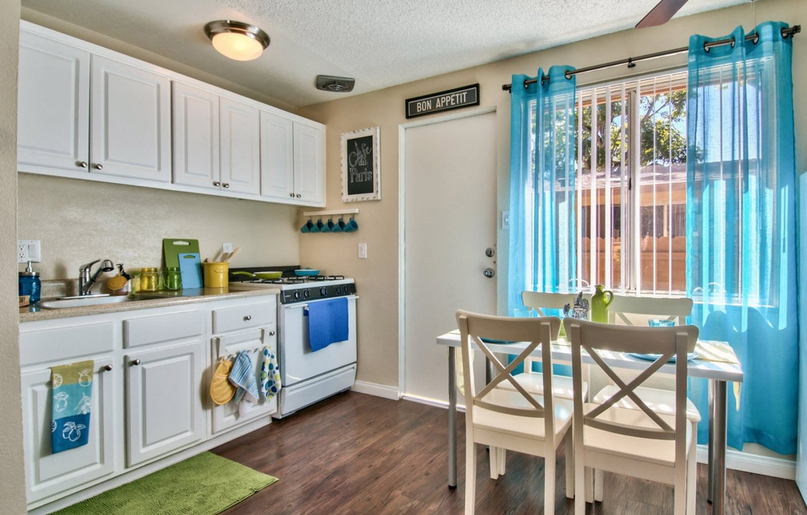 Full KItchen and Dining Ontario, Ca Apartments l The Casitas Apartments
