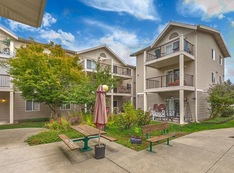 Vintage at Burien Apartments l Exterior Building and Courtyard