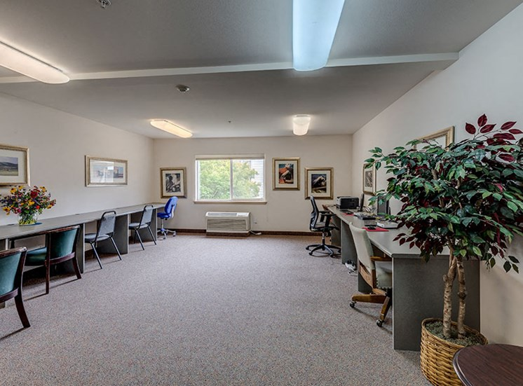 Vintage at Burien Apartments l  Room with tables and chairs