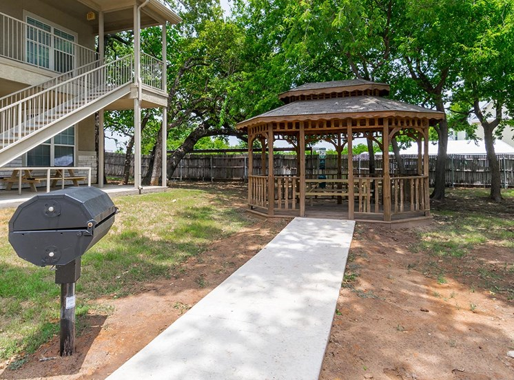 The gazebo and a barbeque grill at Holly Oaks Apartments