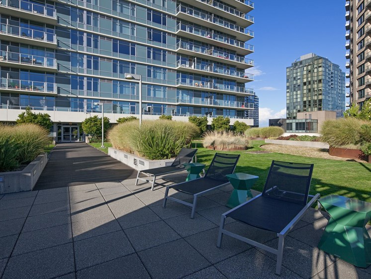 Beautiful Lawn and Sundeck at Riva on the Park, Portland