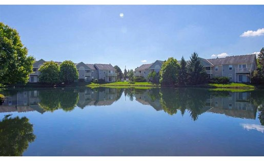 Center lake with water features at Perimeter Lakes Apartments in Dublin Ohio