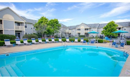 Beautiful swimming pool at Perimeter Lakes Apartments in Dublin Ohio