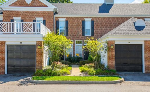 Private apartment entrance at the townhomes at Residence at Christopher Wren in Gahanna OH