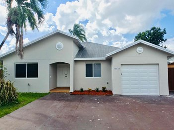 13530 SW 180 Terrace 3 Beds House for Rent Photo Gallery 1
