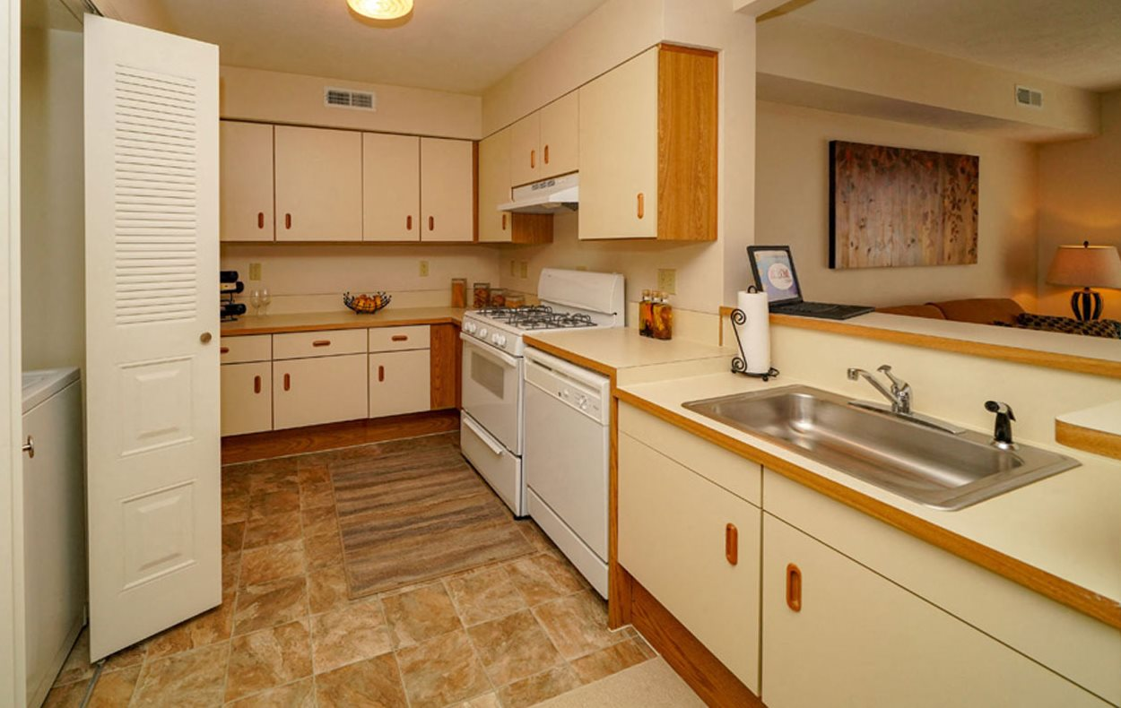 Spacious Apartment Kitchen with Washer and Dryer at Autumn Lakes Apartments and Townhomes in Mishawaka, Indiana 46544