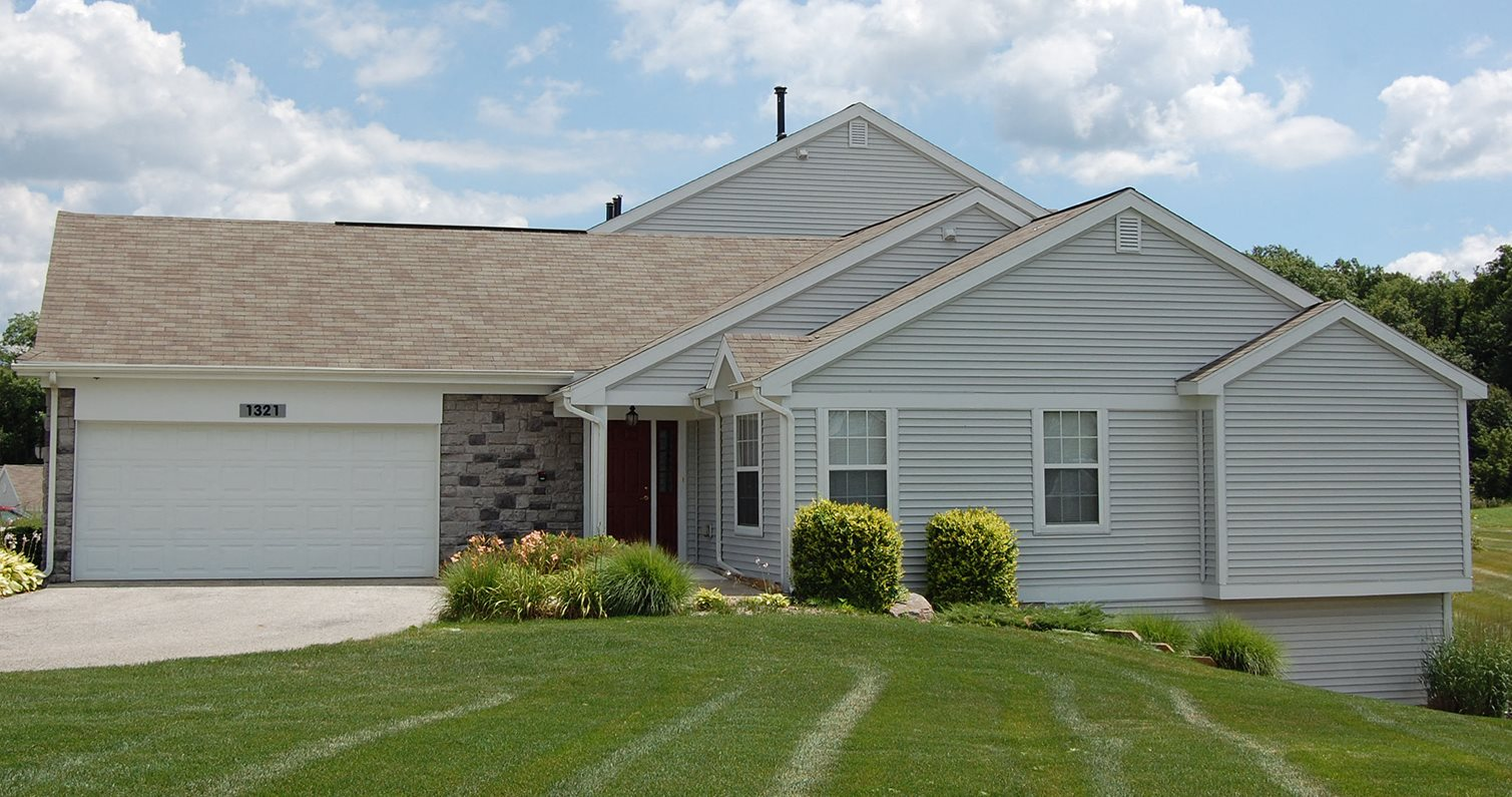 Beautifully Landscaped Grounds at Autumn Lakes Apartments and Townhomes, Indiana, 46544