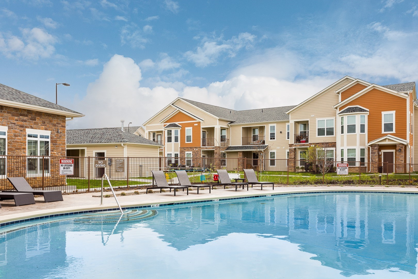 pool apartments in louisville