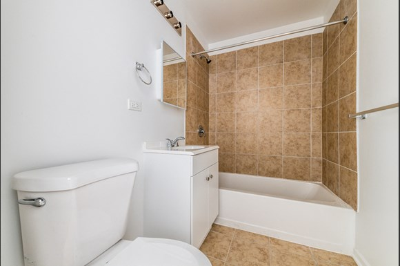 South Austin Apartments for rent in Chicago | 5201 W Washington Blvd Bathroom