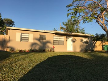 14630 SW 104 Ave 4 Beds House for Rent Photo Gallery 1