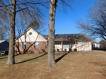 6656 Lake Forest Dr N 3 Beds House for Rent Photo Gallery 1