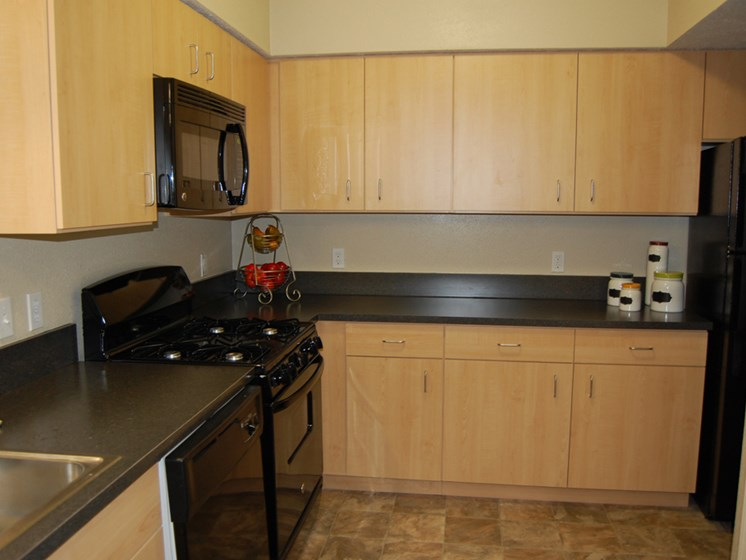 Well-Equipped Kitchen at Lynbrook Apartment Homes and Townhomes, Elkhorn, 68022