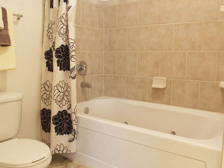 Large Soaking Tub In Bathroom at Lynbrook Apartment Homes and Townhomes, Nebraska, 68022