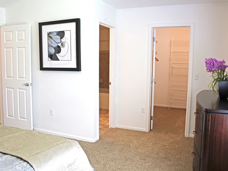 Bedroom With Walk-In Closet at Lynbrook Apartment Homes and Townhomes, Elkhorn, Nebraska