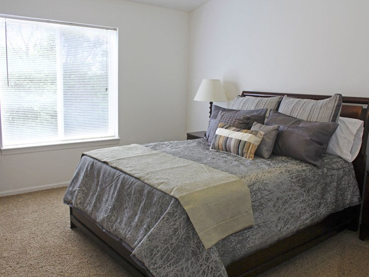 Large Bedroom with Carpeting at Lynbrook Apartment Homes and Townhomes, Nebraska