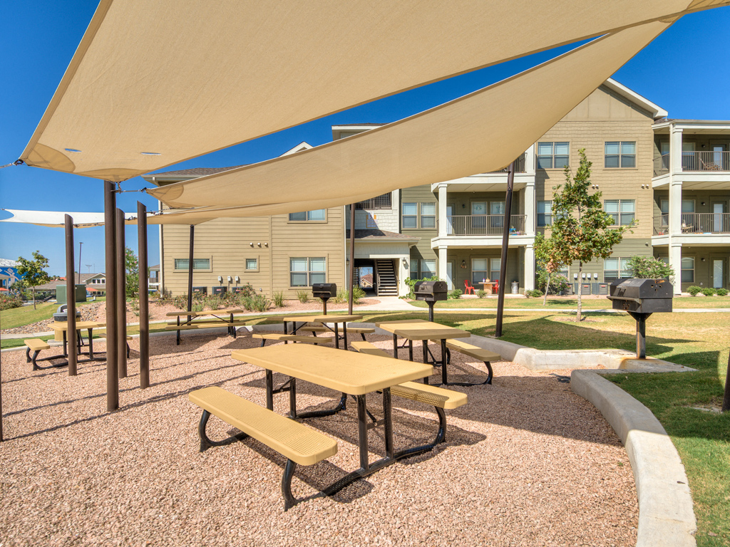 Covered Grilling Stations and Picnic Areas at La Contessa Luxury Apartments, Laredo, TX